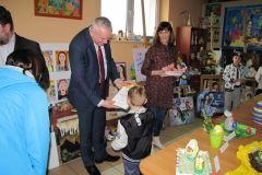 Nagrody dla najmłodszych uczestników wręcza Wójt - Stanisław Pacocha