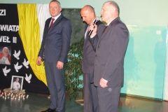 Wójt Gminy Gowarczów podczas uroczystości w Gimnazjum im. Jana Pawła II