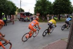 Wjazd kolarzy do centrum Gowarczowa
